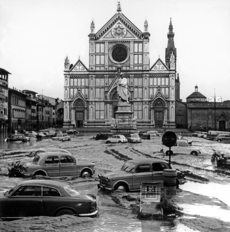 Veduta di piazza S. Croce dopo l'alluvione di Firenze del novembre 1966