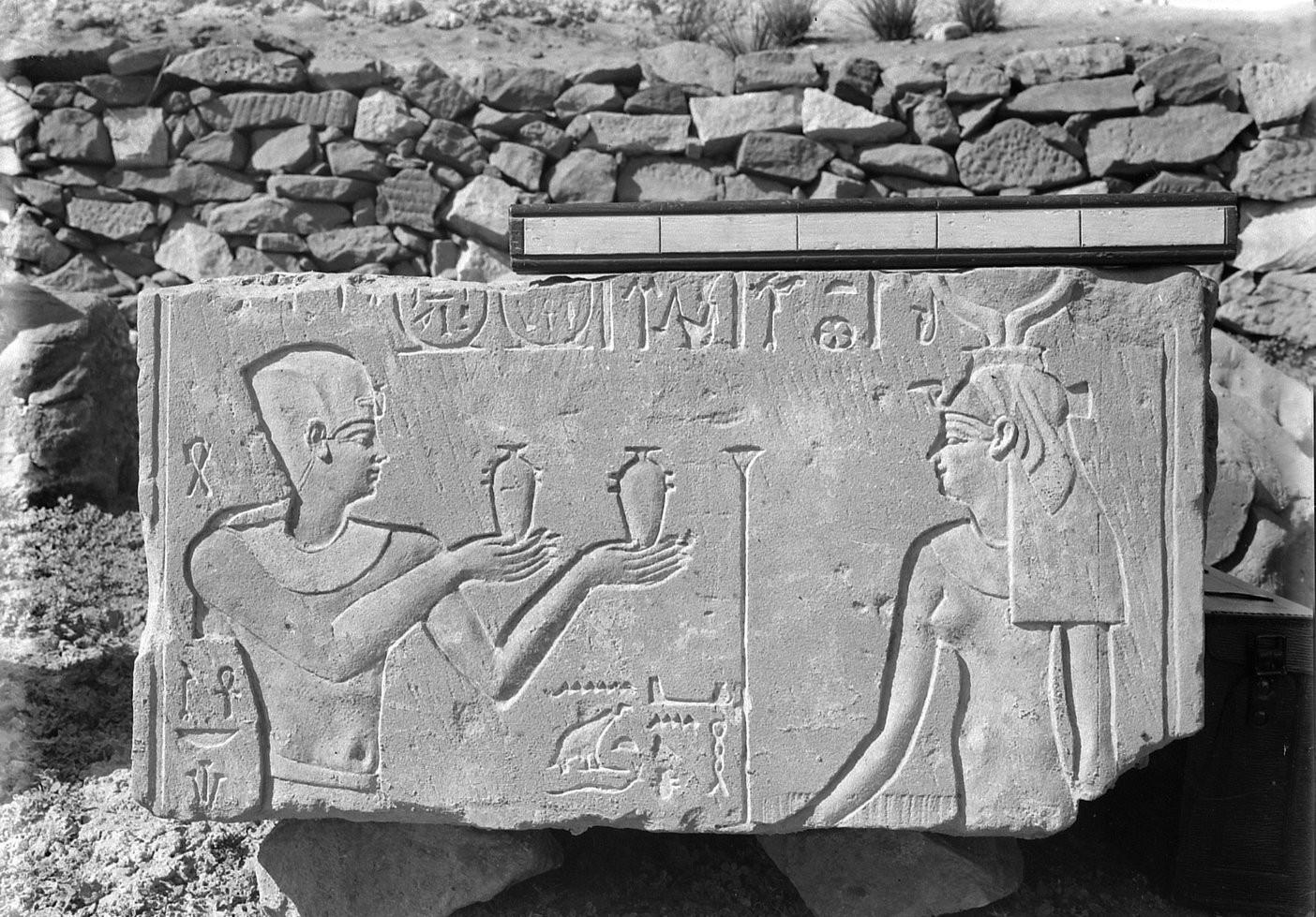 , monument, bloc figurant Ptolémée III faisant l'offrande de la bière à la déesse Mout, Médamoud, Gallica