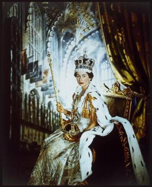 Le reine Elizabeth II en robe de couronnement, photographie, RMN.jpg
